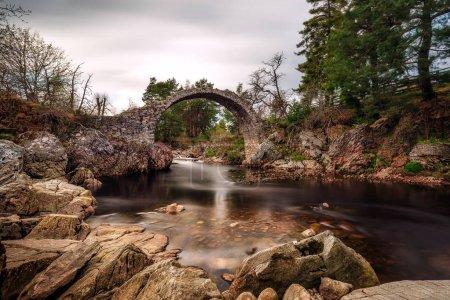 Photo pour Le vieux pont du village Carrbridge sur la rivière Dulnain - image libre de droit