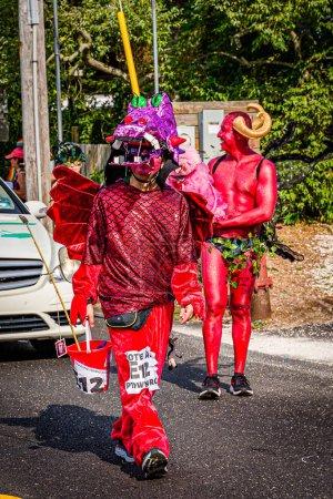 Photo pour Provincetown, Massachusetts Us - 22 août 2019 Personnes marchant dans le défilé annuel de carnaval de Provincetown sur la rue commerciale - image libre de droit