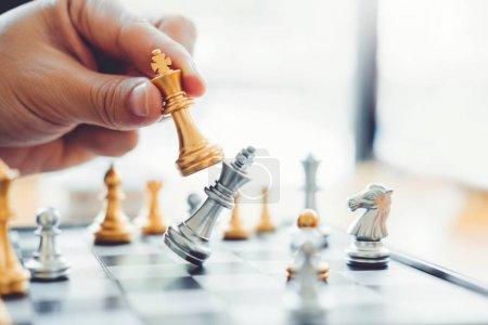 Homme d'affaires jouant au jeu d'échecs Planification de la stratégie de premier plan succ