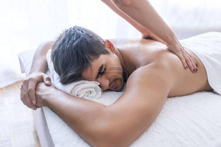 Photo pour Masseur faire massage du dos à l'homme dans le salon spa - image libre de droit