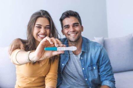 Photo pour Gladness jeune couple après le résultat du test de grossesse - image libre de droit
