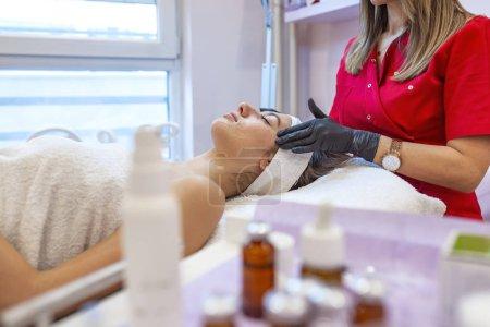 Photo pour Jeune femme obtenir procédure dans le salon de spa - image libre de droit