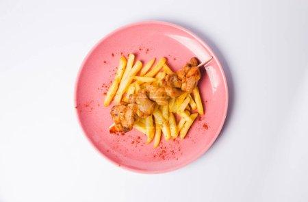 Photo pour Viande grillée avec frites et salade de légumes - image libre de droit