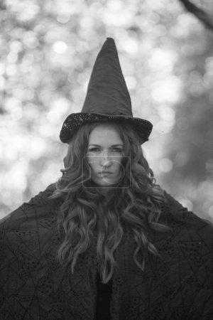 Die Hexe ist ein lakonisches Porträt. attraktives Mädchen in einer Mütze einfarbig