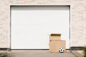 """Постер, картина, фотообои """"вид спереди коробок, футбольный мяч перед гаражных ворот"""""""