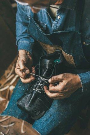 Photo pour Cordonnier laçage haut de botte en cuir inachevé - image libre de droit