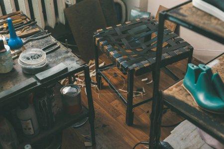 Photo pour Chaise âgé au travail de cordonniers dans l'atelier de cordonnier - image libre de droit