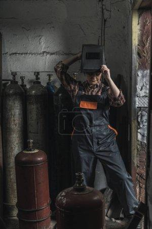 Photo pour Travailleuse manuelle se préparer avant le travail en atelier - image libre de droit