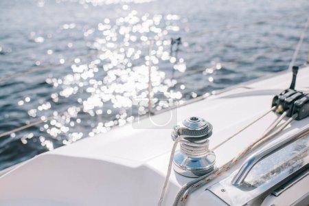 mise au point sélective d'yacht et soleil éclats sur la surface de l'eau