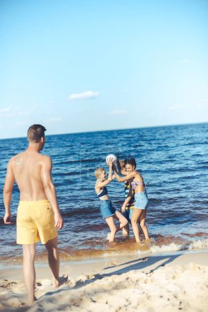 Photo pour Groupe interracial d'amis avec ballon de volley-ball s'amuser par la mer - image libre de droit