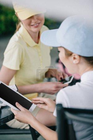partenaires d'affaires avec pastilles discuter de travaux après le jeu de golf au terrain de golf