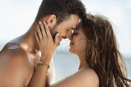 Photo pour Beau sourire couple câlin et va embrasser - image libre de droit
