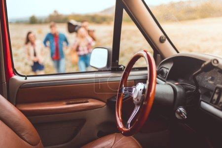 Photo pour Intérieur de la voiture avec passants champ de fleurs lors de trajet en voiture floue sur fond - image libre de droit