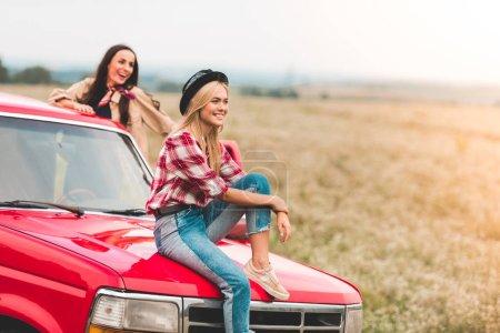copines jeunes heureux avoir voyage en voiture et en regardant belle nature