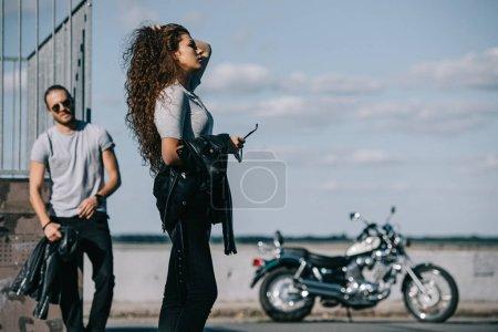 Photo pour Jeunes motards avec cruiser vintage moto en ville - image libre de droit