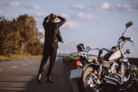 Photo pour Homme frustré sur la route avec moto cruiser cassé, foyer sélectif - image libre de droit