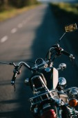 """Постер, картина, фотообои """"мотоцикл Круизер, стоя на асфальтированной дороге"""""""