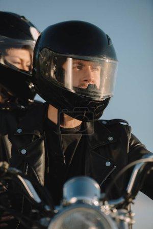 Photo pour Deux motards en casque de moto assis sur la moto - image libre de droit