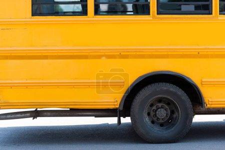 Photo pour Vue latérale du traditionnel autobus scolaire jaune - image libre de droit