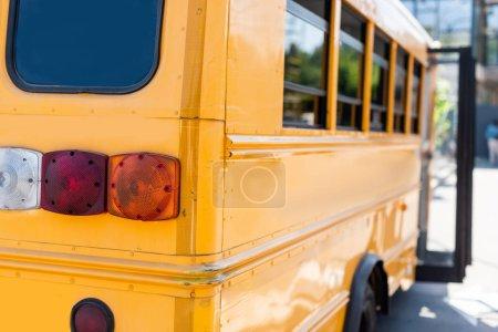 Photo pour Vue partielle des feux arrière de l'autobus scolaire - image libre de droit