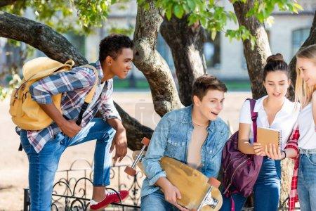 Photo pour Groupe d'adolescents discutant des devoirs après l'école - image libre de droit