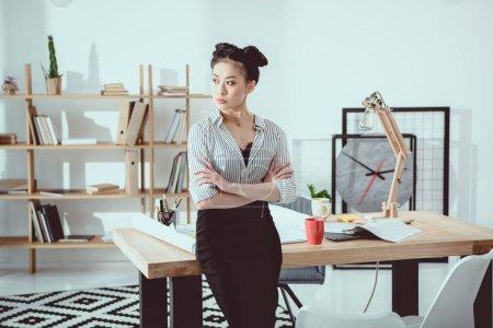 Photo pour Femme d'affaires asiatique confiant debout avec les bras croisés et regarder loin - image libre de droit