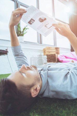 Foto de Vista lateral del empresario enfocado análisis de documentos, el concepto de establecimiento comercial - Imagen libre de derechos