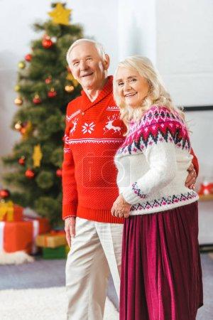Photo pour Heureux couple aîné en chandails de Noël regardant la caméra - image libre de droit
