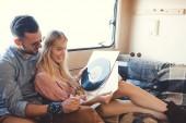 par de hermosos hippie elegir vinilos interior autocaravana con reproductor de vinilo