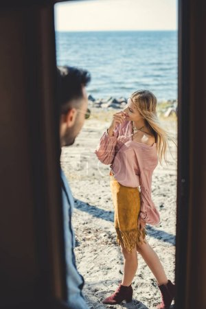 couple jeune hippie, vue depuis la porte du camping-car