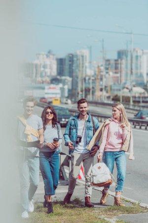Photo pour Jeunes amis avec carte et sacs à dos, voyageant ensemble à Réville - image libre de droit