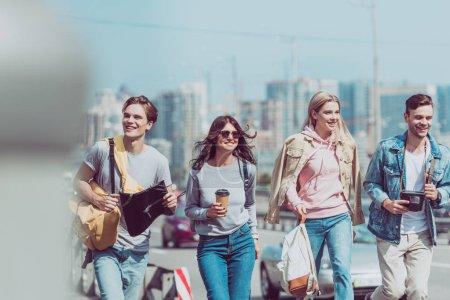 Photo pour Sourire d'amitié avec carte et sacs à dos, voyageant ensemble à new - image libre de droit