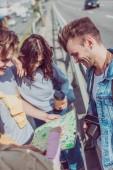 """Постер, картина, фотообои """"частичный вид молодых друзей ищет назначения на карте, путешествуя вместе"""""""