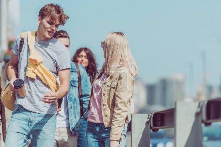 Foto de Jóvenes viajeros caminando en la calle mientras viajan juntos - Imagen libre de derechos