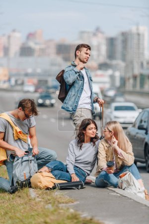 Photo pour Jeunes touristes avec sacs à dos, voyageant ensemble - image libre de droit