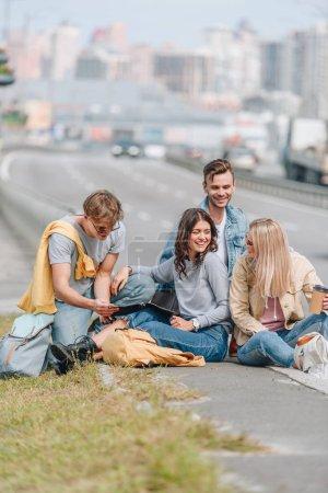 Groupe de jeunes souriant voyageurs avec sacs à dos dans la ville de new