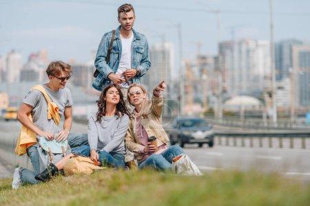 Photo pour Groupe de jeunes voyageurs avec sacs à dos à Réville - image libre de droit