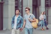 """Постер, картина, фотообои """"Портрет молодых путешественников с рюкзаками, ходить на улице города"""""""