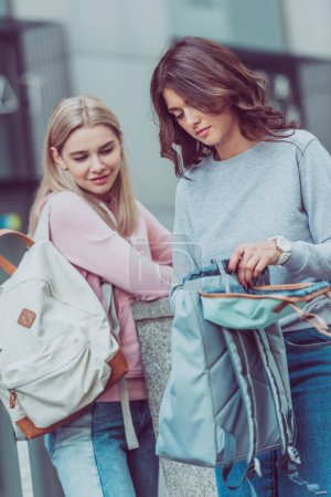 Photo pour Femmes attirantes avec sacs à dos sur la rue pendant le voyage de la ville - image libre de droit