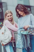 """Постер, картина, фотообои """"привлекательные женщины с рюкзаками на улице во время путешествия города"""""""