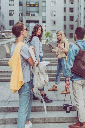 Photo pour Jeunes amis, découvrir les Réville ensemble lors d'un voyage - image libre de droit