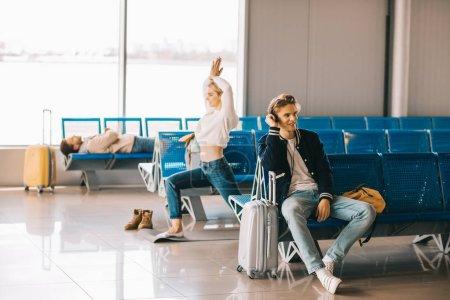 Photo pour Jeune femme séduisante, pratiquer l'yoga tout en vol d'attente dans le terminal de l'aéroport - image libre de droit