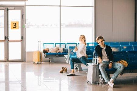 Photo pour Jeune femme pratique l'yoga pendant que vous attendez de vol dans le terminal de l'aéroport - image libre de droit
