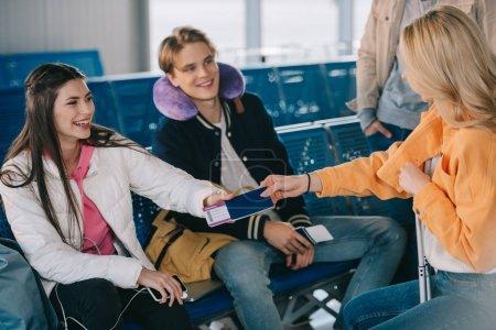 amis, détenteurs d'un passeport de l'embarquement passent en attendant à l'aéroport terminales