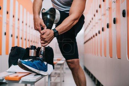 Photo pour Recadrée tir sportif mise sur une jambe artificielle au gymnase, vestiaire - image libre de droit