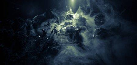 Photo pour Concept de guerre. Silhouettes militaires scène de combat sur fond de brouillard de guerre ciel, Soldats de la guerre mondiale Silhouettes ci-dessous ciel nuageux La nuit. Scène d'attaque. Véhicules blindés. Concentration sélective. Décoration - image libre de droit
