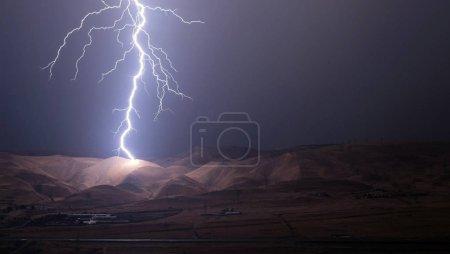 Foto de Relámpagos y truenos audaz golpe en tormenta de verano. Noche obturador largo tiro - Imagen libre de derechos