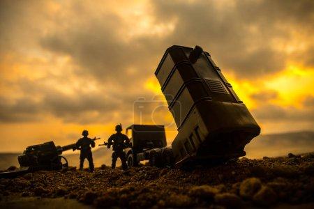 Concepto de guerra. Escena de batalla con lanzacohetes dirigida al cielo sombrío al atardecer. Vehículo cohete listo para atacar el fondo nublado de la guerra. Enfoque selectivo