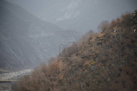 Photo pour Panorama du paysage hivernal brumeux dans les montagnes avec neige et rochers, Beau paysage de la nature hivernale de l'Azerbaïdjan, Lahique, Grand Caucase - image libre de droit