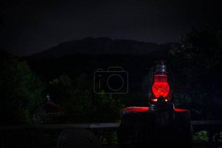 Photo pour Concept d'Halloween horreur. Gravure ancienne lampe à huile en forêt pendant la nuit. Paysage nocturne d'une scène de cauchemar. Mise au point sélective. - image libre de droit